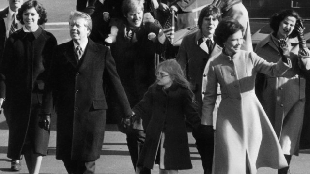 1977: Carter walks among the people