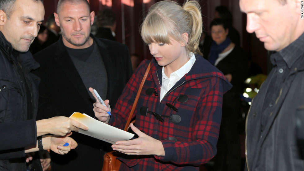 Taylor Swift arrives in France.