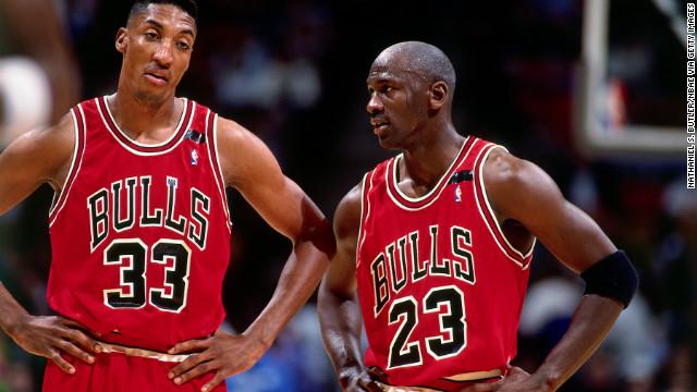 Jordan parle avec son coéquipier Scottie Pippen lors d'un match contre les Philadelphia 76ers en 1992.