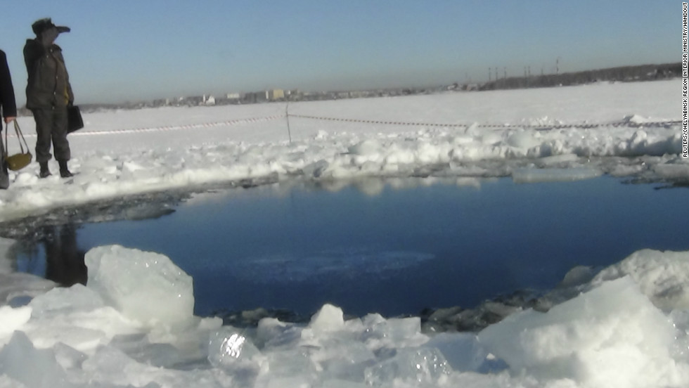 A large chunk of a meteor that exploded over Russia is found in a lake on Friday, 2月 15.