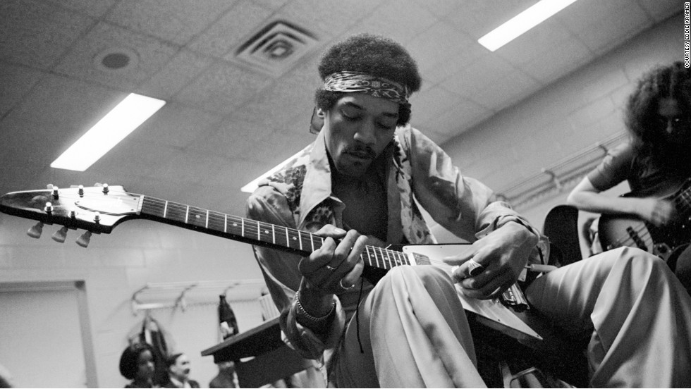 "<strong>Hendrix relaxes and jams with Noel Redding at Madison Square Garden in New York in 1969: </strong><br />""He often would rehearse quietly before going on stage with a small amp and his Flying V as it suited his style of playing the blues."" --<em> Eddie Kramer</em>"
