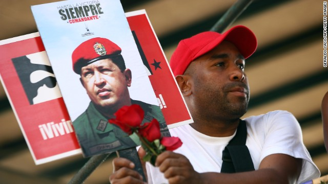 Supporters watch as the coffin with the remains of late Venezuelan President Hugo Chavez is taken from the Military Academy to former 4 de Febrero barracks in Caracas, on March 15, 2013.