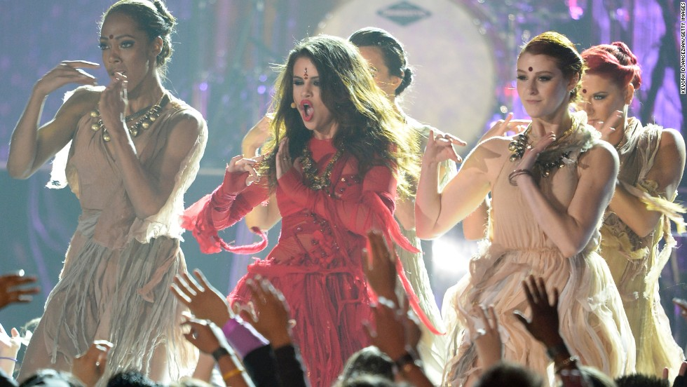 "Selena Gomez invites the audience to ""Come and Get It"" as she performs her new single."