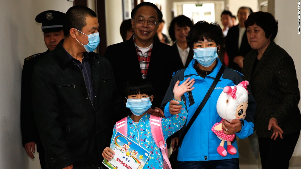 A 7-year-old girl, who was the first confirmed bird flu case in Beijing, is discharged from Beijing Ditan Hospital on Wednesday, April 17.