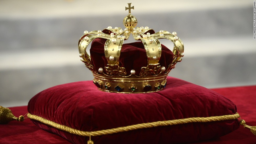 The royal crown lies at the credence-table prior to the investiture of King Willem-Alexander.