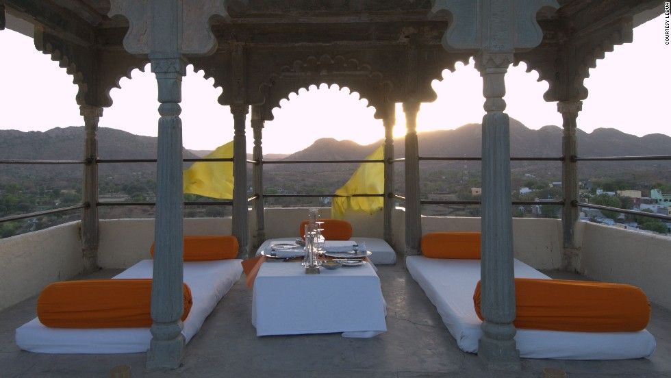 Today, the fort-palace situated high in the hills enables travelers to dine, sleep and relax like royalty whilst drinking in the majestic surroundings of the Indian countryside.