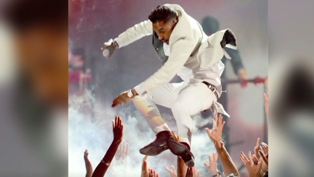 See singer Miguel's stage jump fail