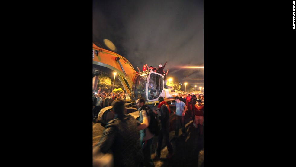 Protesters drive an excavator toward Turkish riot police as they make their way to Erdogan's office on June 3.