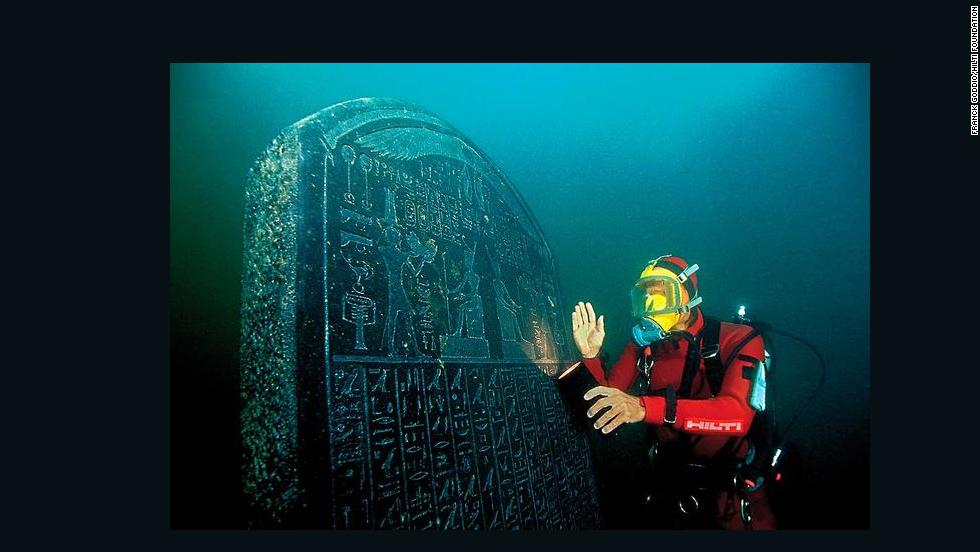 Franck Goddio with the intact and inscribed Heracleion stele (1.90 m). It was commissioned by Nectanebo I (378-362 BC) and is almost identical to the Naukratis Stele in the Egyptian Museum in Cairo. The place where it was to be situated is clearly named: Thonis-Heracleion.