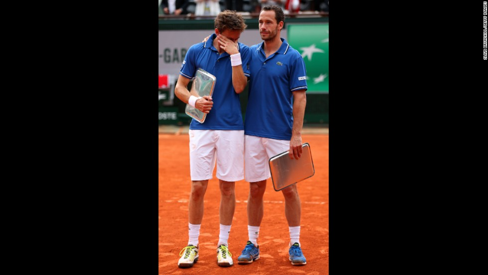 Michael Llorda consoles Nicolas Mahut after their defeat in the men's doubles final on June 8.
