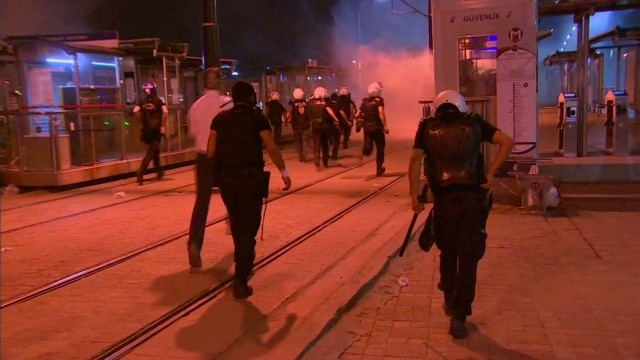 Demonstrators, police clash in Istanbul