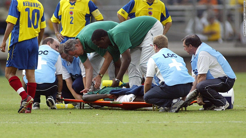Medical personnel treat Foe as the faces of the Colombian players reveal the seriousness of the situation.