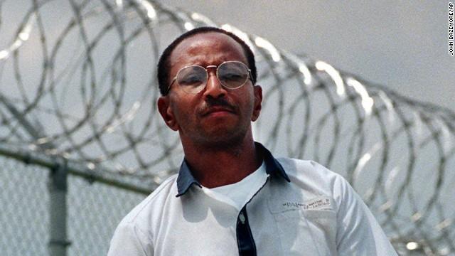 Wayne Williams posiert 1999 an der Zaunlinie des Valdosta Sate Prison, Valdosta, Georgia.