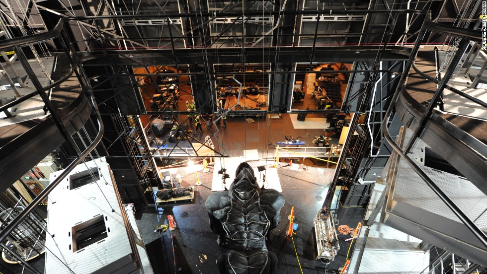 A bespoke automation system by UK-based Stage Technologies allows Kong to move around the stage, be raised up and down, and assume different postures.