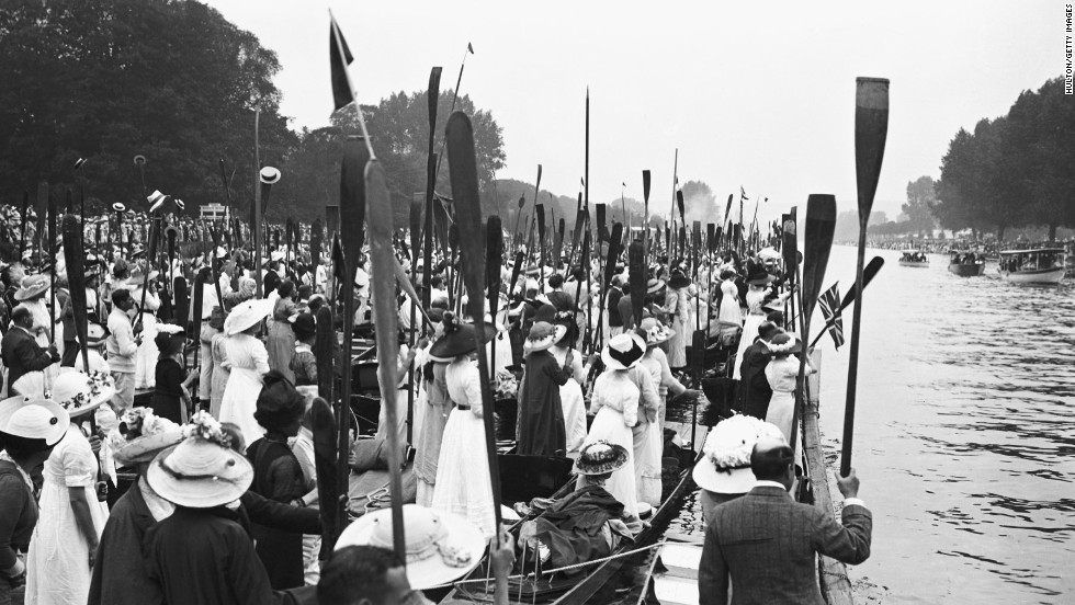 Expectant crowds line the bank at the Henley Royal Regatta for the visit of King George V in 1912.