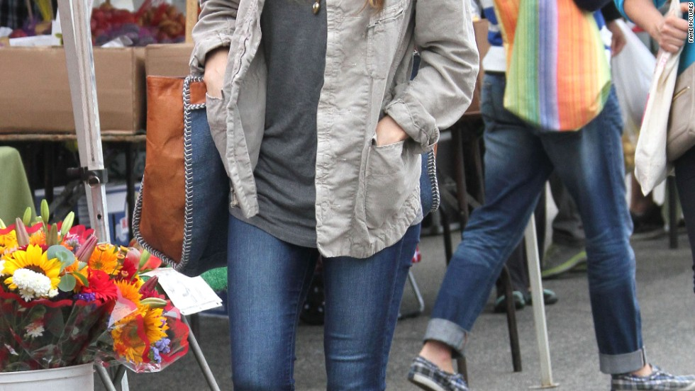 Jessica Biel browses the offerings at the Farmers Market in Studio City, California on July 28.