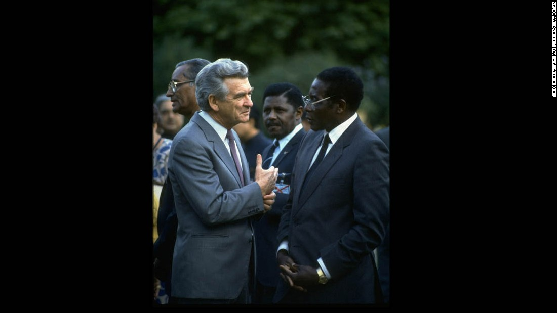 Australian Prime Minister Robert Hawke speaks with Mugabe in 1986.