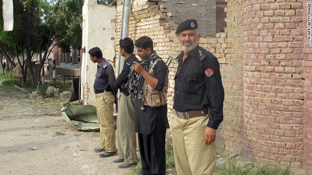 Pakistani policemen stand outside the central prison after an overnight armed Taliban militant attack in Dera Ismail Khan, in Khyber Pakhtunkhwa province on July 30, 2013.