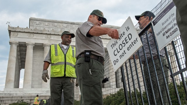 US Park Service workers fence off the closed Lincoln Monument in Washington, DC, October 1, 2013 , as the first US Federal government shutdown since 1995 begins.
