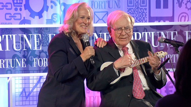 von warren buffett glenn close duet_00024319.jpg