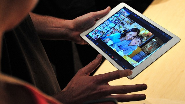 A member of the media is shown the new iPad Air at a satellite launch event in central London on October 22, 2013. AFP PHOTO/CARL COURTCARL COURT/AFP/Getty Images
