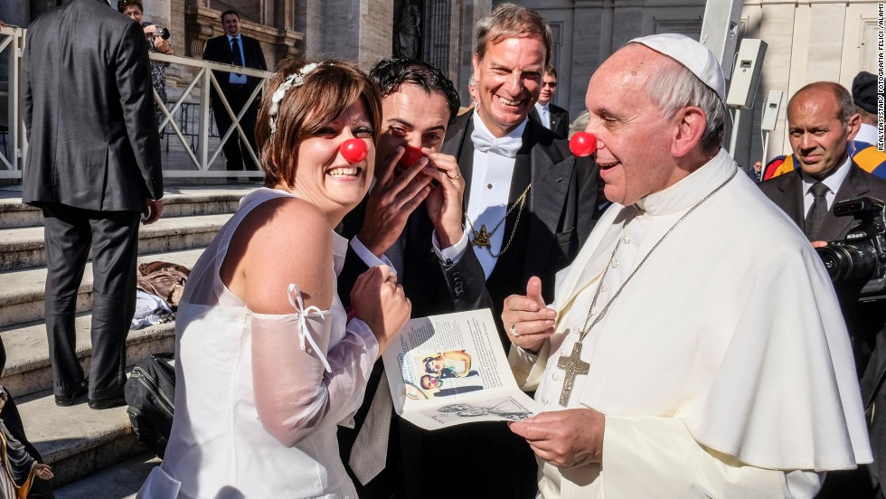 El papa Francisco bromea con miembros de Rainbow Association, que usa la terapia clown en hospitales y orfanatos.