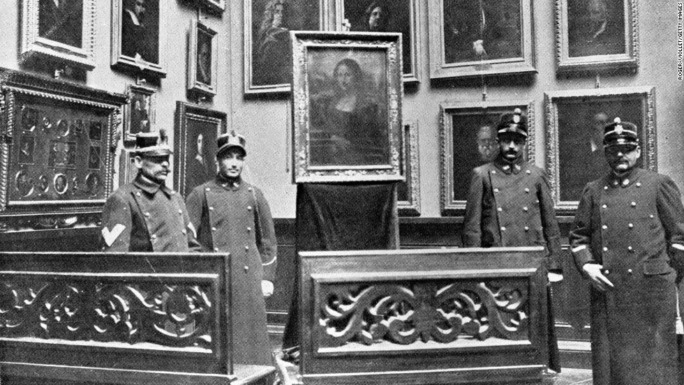 Guards and a barrier of benches surround the Mona Lisa at the Museum of the Offices of Florence in 1913.