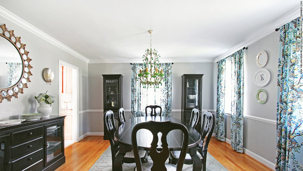 "Interior decorator and <a href=""http://janabek.com/gallery/"" target=""_blank"">E-designer</a> Jana Bek decorated this dining room with glossy black furniture that contrasts with the bright, floral-inspired chandelier."