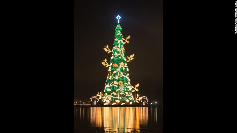 A view of the tree lit by its millions of lights, showing one of several possible displays.