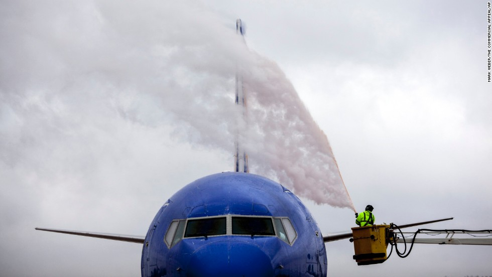 A worker at Wilson Air Center de-ices an airplane before it takes off from Memphis International Airport in Memphis, Tennessee, on December 6.