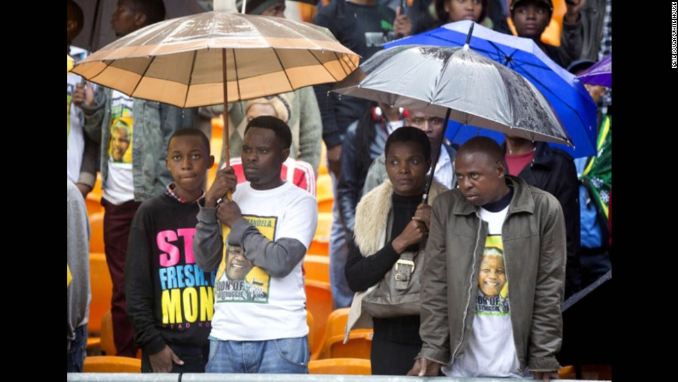 South Africans listen as President Obama delivers his speech.