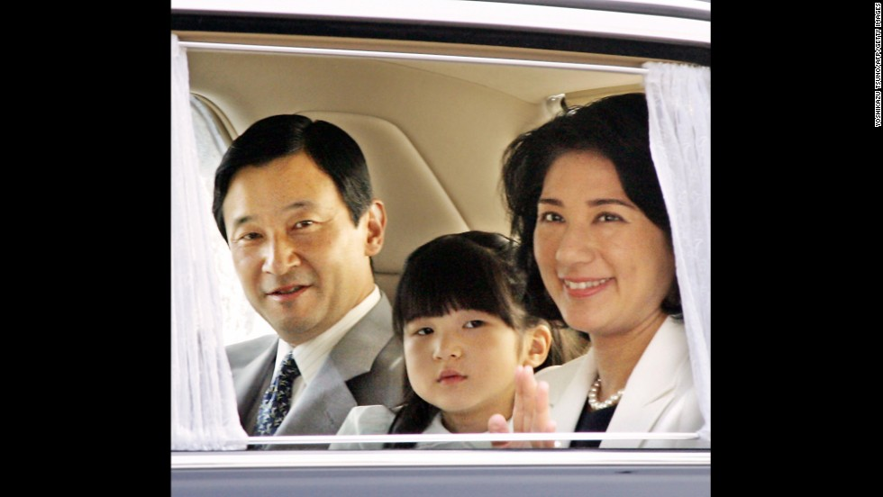 Akihito's eldest son and heir-apparent, Crown Prince Naruhito, granddaughter Princess Aiko, and Crown Princess Masako enter the Imperial Palace in Tokyo on September 2, 2006.