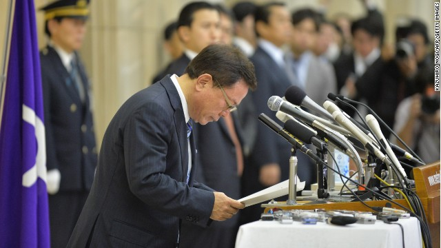 Tokyo Governor Naoki Inose bows at a press conference announcing his resignation on December 19.