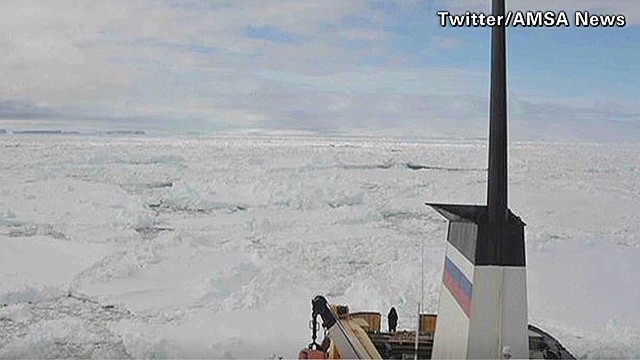 Ships headed to ice-trapped vessel