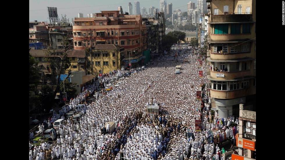 A large crowd of people joins the funeral procession. Burhanuddin's funeral will continue as scheduled, CNN-IBN reported.