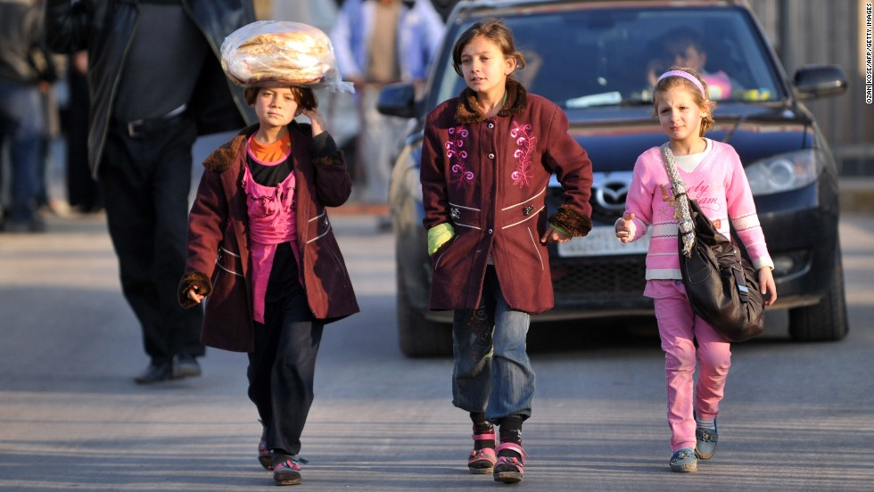 Syrian children cross the border at the Cilvegozu gate on January 18.