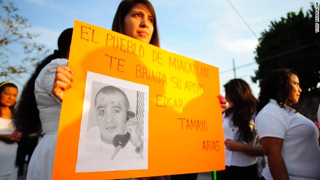 "In this Jan. 19, 2014 photo, a woman holds up a sign showing a photo of Texas death-row inmate Edgar Tamayo that reads in Spanish ""The town of Miacatlan offers you our support, Edgar Tamayo Arias"" during a protest demanding Tamayo's pardon in his hometown of Miacatlan, Mexico. Lawyers for 46-year-old Edgar Tamayo are suing Gov. Rick Perry and the Texas Board of Pardons and Paroles, challenging what they argue is an unfair and secretive clemency process in Texas. Tamayo is set for lethal injection on Wednesday, Jan. 22 in Huntsville. (AP Photo/Tony Rivera)"