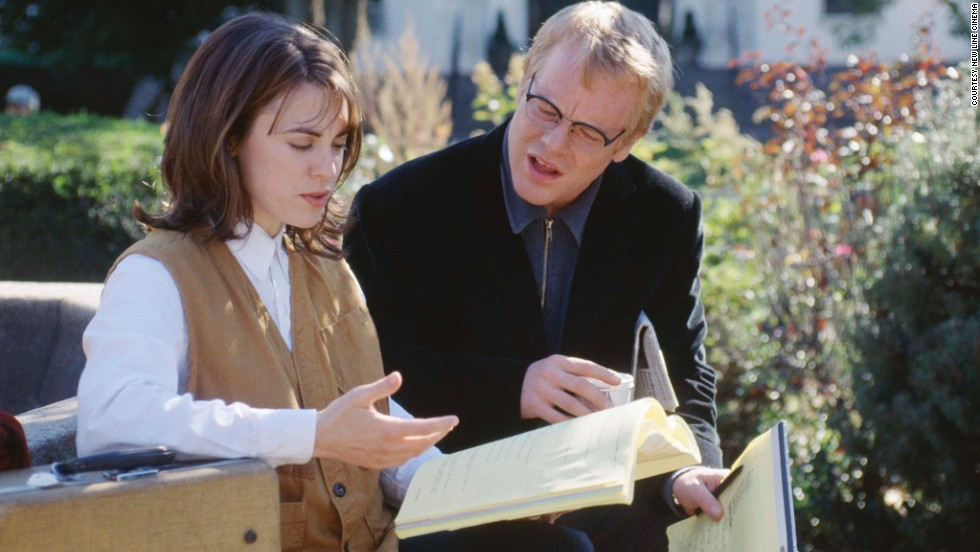 "Hoffman con Rebecca Pidgeon en ""State and Main"" (2000)."