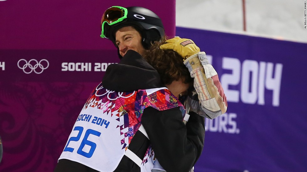 Rather than rivalries, the competitors prefer support and friendship. Here snowboarding legend Shaun White, who surprisingly ended up without a medal in the men's halfpipe, congratulates gold medalist Iouri Podladtchikov.