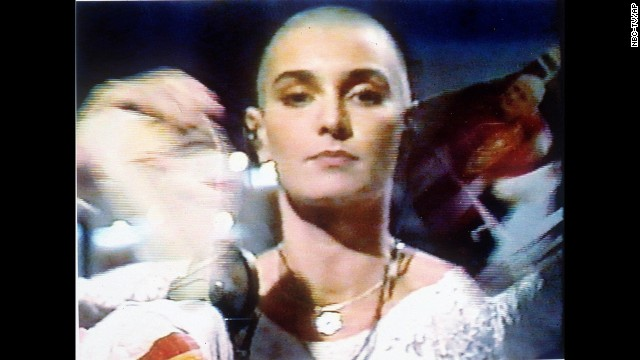 Sinead O & # 39; Connor breaks a photo of Pope John Paul II on October 5, 1992 during a live appearance in New York on Saturday Night Live on NBC.