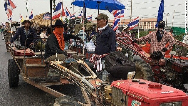 Now the farmers are protesting because they have not been paid for their rice. They set out to block the airport but have been blocked on the highway on the outskirts of Bangkok. We estimate 10000 farmers in a 5 km convoy. #thailand #bangkok #farmers#protest