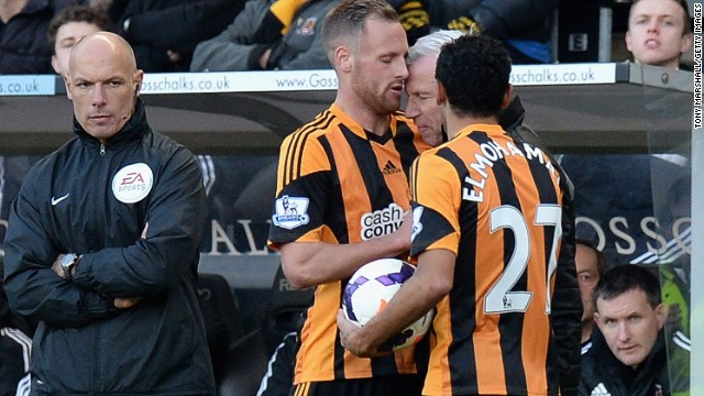 Newcastle United manager Alan Pardew (second from right) comes to blows with Hull City's David Meyler (center) on Saturday.