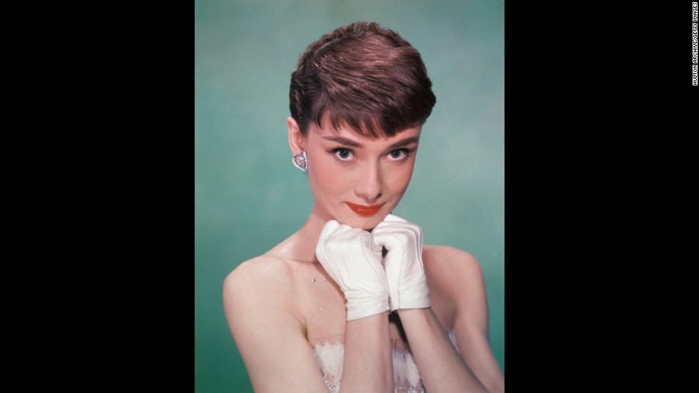 "Audrey Hepburn won both her Oscar and Tony when she was still in her 20s: the Oscar for 1953's ""ローマの休日"" and the Tony for 1954's ""Ondine."" Four decades later, she completed the EGOT circuit with an Emmy for 1993's ""Gardens of the World with Audrey Hepburn"" and a Grammy for 1994&amps#39;s ""Audrey Hepburn's Enchanted Tales.quot;quot;"