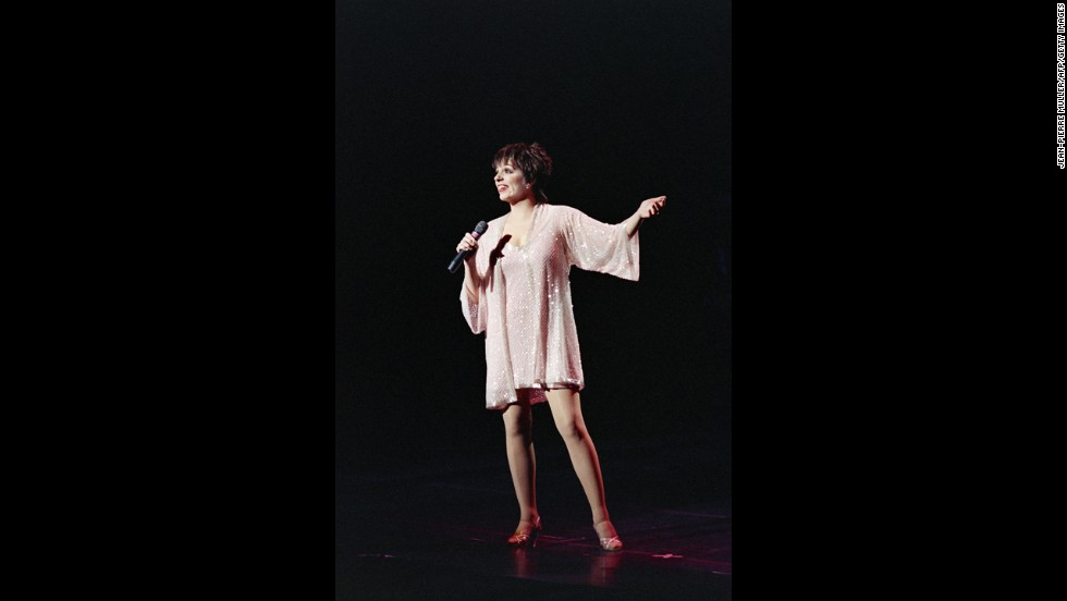 "Three artists have made the EGOT club thanks to honorary awards. Liza Minelli won competitive Tonys in 1965 そして 1978, an Oscar for 1972's ""Cabaret"" and an Emmy for 1973's ""Liza with a 'Z'."" She also has an honorary Grammy, a Legend Award she received in 1990."