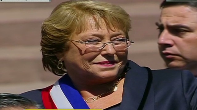 cnnee chile bachelet greeting people and leaving congress_00040111.jpg