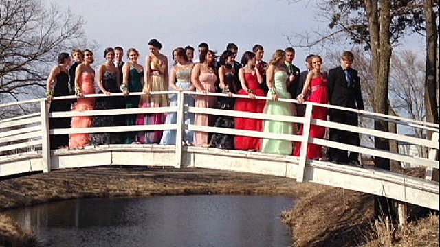 Prom picture makes an epic splash
