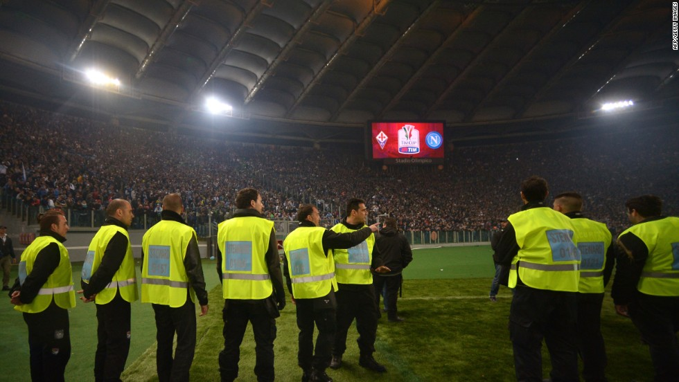 After Napoli players remonstrated with the ultras, the game began 45 minutes late.