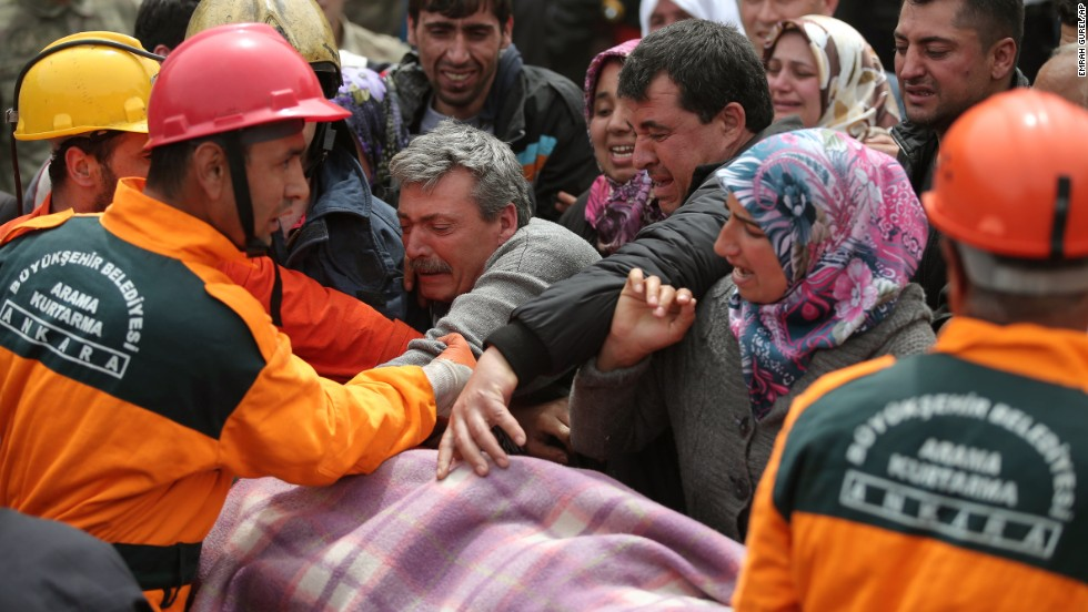 The crowd reacts as rescue workers carry the body of a miner in Soma on May 14.