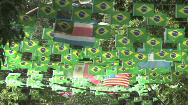 cnnee baron brazil world cup decorated streets_00002026.jpg