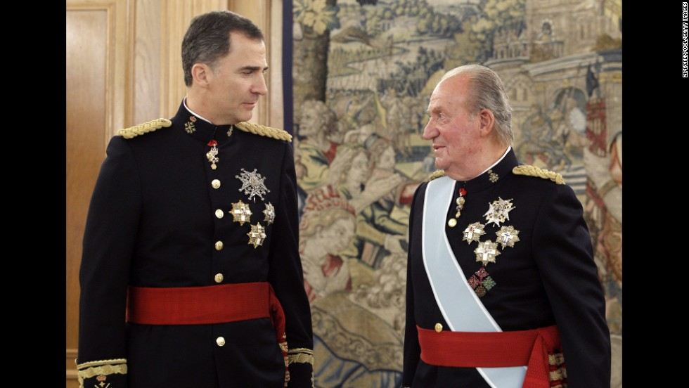 Felipe and his father attend a ceremony in the palace.